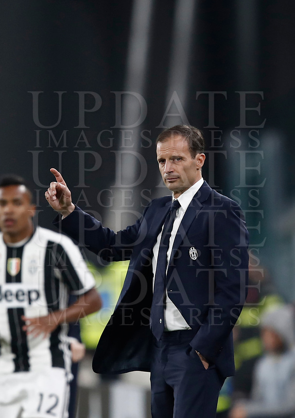 Calcio, Serie A: Torino, Juventus Stadium, 6 maggio 2017. <br /> Juventus' coach Massimiliano Allegri gestures to his players during the Italian Serie A football match between Juventus and Torino at Torino's Juventus stadium, May 6, 2017.<br /> UPDATE IMAGES PRESS/Isabella Bonotto