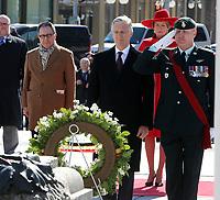 Le porteur de la couronne des Forces armées canadiennes dépose une couronne au nom de Leurs Majestés le Roi et la Reine des Belges.