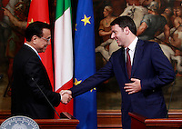 Il Primo Ministro cinese Li Keqiang ed il Presidente del Consiglio Matteo Renzi, a destra, si salutano al termine di una conferenza stampa a Palazzo Chigi, Roma, 14 ottobre 2014.<br /> Chinese Prime minister Li Keqiang, left, and Italian Premier Matteo Renzi shake hands at the end of a joint press conference at Chigi Palace, Rome, 14 October 2014.<br /> UPDATE IMAGES PRESS/Isabella Bonotto