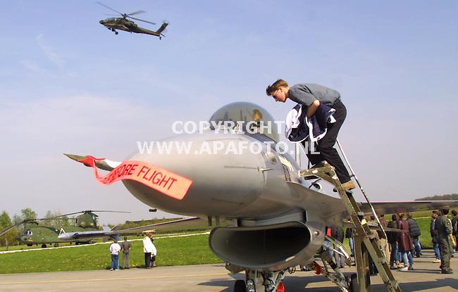 Volkel, 020501  Foto: Koos Groenewold/ apa<br />Scholieren bezoeken een `open dag` op de vliegbasis in Volkel. Ze zagen onder andere een demonstratie van een F 16 en mochten daarna het vliegtuig van dichtbij bekijken.