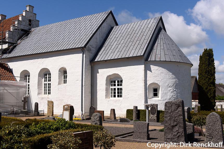 Romanische Peders Kirke 12.Jh. bei Pedersker auf der Insel Bornholm, Dänemark, Europa<br /> Romaesque Peders Kirke (12.c.) near Pedersker , Isle of Bornholm Denmark