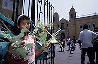 Amérique/Amérique du Sud/Pérou/Lima : La Plaza de Armas - Petite vendeuse de fleurs devant l'église