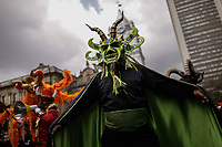 BOGOTÁ - COLOMBIA, 17-03-2018: El desfile inaugural del XVI Festival Iberoamericano de Teatro llenó las calles del centro de Bogota con comparsas nacionales los cuales sumán más de 700 artistas del teatro, a danza y la música. Este es el festival de teatro más grande del mundo y se lleva a cabo en Bogotá entre el 16 de amrzo y el 1° de abril de 2018. / The inaugural parade of the XVI Ibero-American Theater Festival filled the streets of Bogota with more of 1000 artist of the theater, dance and music. This is the world's largest theater festival and is held in Bogota between 16 of march and first of April 2018.  Photo: VizzorImage / Ivan Valencia / Cont
