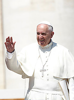Papa Francesco saluta i fedeli al termine dell'udienza generale del mercoledi' in Piazza San Pietro, Citta' del Vaticano, 10 giugno 2015.<br /> Pope Francis waves to faithful at the end of his weekly general audience in St. Peter's Square at the Vatican, 10 June 2015.<br /> UPDATE IMAGES PRESS/Isabella Bonotto<br /> <br /> STRICTLY ONLY FOR EDITORIAL USE