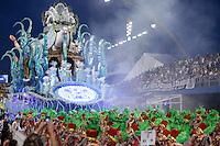 SÃO PAULO, SP, 15.02.2015  CARNAVAL 2015  SÃO PAULO  GRUPO ESPECIAL / X-9 PAULISTANA . Integrantes da escola de samba X-9 Paulistana durante desfile do grupo especial do Carnaval de São Paulo, na madrugada deste domingo, 15. (Foto: Adriana Spaca / Brazil Photo Press).
