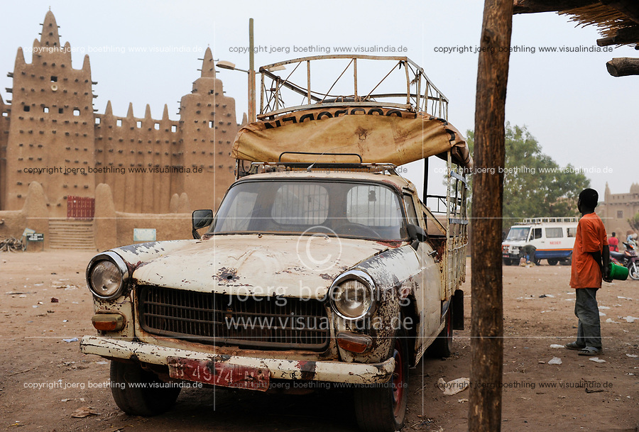 MALI, Djenne , Grand Mosque built from clay is a UNESCO world heritage site, old Peugeot car / MALI, Djenne , Grosse Moschee gebaut aus Lehm ist UNESCO Weltkulturerbe