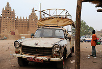 MALI, Djenne , Grand Mosque built from clay is a UNESCO world heritage site, old Peugeot car / MALI, Djenne , Grosse Moschee gebaut aus Lehm ist UNESCO Weltkulturerbe