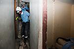 Une équipe de pompiers bénévoles de l'organisation FAUSI explorent les décombres d'un immeuble de 3 étages à la recherche d'une femme et d'un enfant, à Jacmel, le 19/01/2010. A 80km au sud de Port-au-Prince (Haiti), la ville a été durement touchée par le séisme du 12/01/2010.