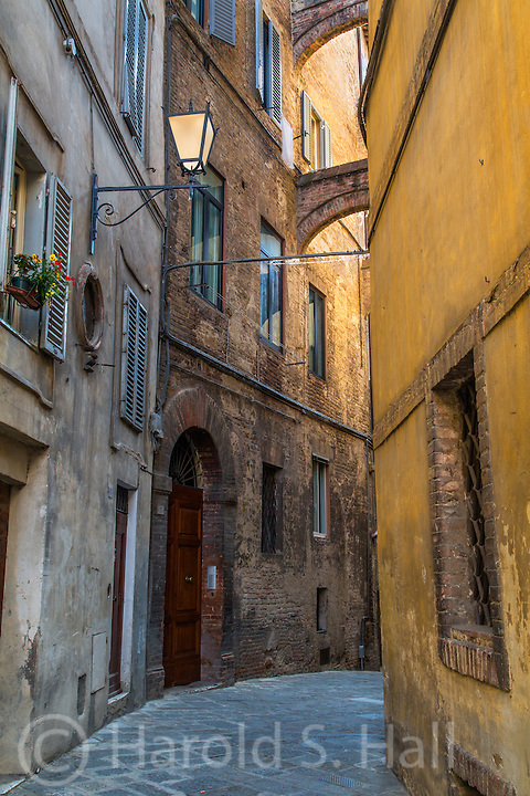 The arches initially attracted me to this Siena Street scene.  The setting sun reflected gold light on the walls.  All these hill towns have stone streets that seem to hold up much better than asphalt.  These streets are hundreds of years old.