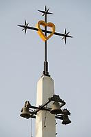 Senegal, Benediktinerkloster Keur Moussa, Glockenturm mit kreuz und Herz
