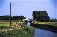 Il Naviglio di Bereguardo scorre lungo i campi presso Besate (Milano) --- The canal Naviglio di Bereguardo flows along the fields near Besate (Milan)