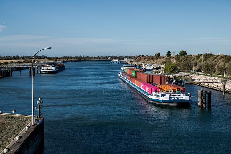 Eoliennes et écluse - Port Saint Louis du Rhône