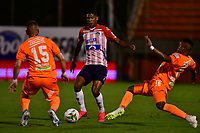 ENVIGADO - COLOMBIA, 26-09-2020: Santiago Jimenez, Juan Zapata de Envigado F. C. y Jeison Angulo de Atletico Junior disputan el balón, durante partido entre Envigado F. C. y Atletico Junior  de la fecha 10 por la Liga BetPlay DIMAYOR I 2020, en el estadio Polideportivo Sur de la ciudad de Envigado. / Santiago Jimenez, Juan Zapata of Envigado F. C. and Jeison Angulo of Atletico Junior fidht for the ball, during a match between Envigado F. C. and Atletico Junior of 10th date for the BetPlay DIMAYOR Leguaje I 2020 at the Polideportivo Sur stadium in Envigado city. Photo: VizzorImage / Luis Benavides / Cont.
