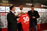Neuzugang Caio (Eintracht)  bekommt sein neues Trikot<br /> Eintracht Frankfurt Vorstellung Caio<br /> *** Local Caption *** Foto ist honorarpflichtig! zzgl. gesetzl. MwSt. Auf Anfrage in hoeherer Qualitaet/Aufloesung. Belegexemplar an: Marc Schueler, Am Ziegelfalltor 4, 64625 Bensheim, Tel. +49 (0) 6251 86 96 134, www.gameday-mediaservices.de. Email: marc.schueler@gameday-mediaservices.de, Bankverbindung: Volksbank Bergstrasse, Kto.: 151297, BLZ: 50960101