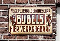 Nederland  - Oud-Zuilen - 2020.  Bord aan de gevel van een huis. Bijbels verkrijgbaar. ( Met behulp van Photoshop is een vlek van het bord verwijderd ). Foto Berlinda van Dam / Hollandse Hoogte
