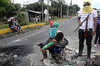 MONDOMO - COLOMBIA - 06-03-2013: Los caficultores continúan con el paro en el norte del departamento del Cauca, marzo 06 de 2013. La vía Panamericana en el sur del país se encuentra bloqueda en varios sitios, obstaculizando la movilización de vehículos, causando desabastecimiento de alimentos y aislamiento, el paro de caficultores lleva más de una semana (Foto: VizzorImage / Luis Ramírez / Staff). The coffee growers continue with the unemployment in northern Cauca, March 6, 2013. The Panamerican Highway in the south of the country is blocked in several places, causing food shortages and isolation, unemployment of farmers takes more than a week (Photo: VizzorImage / Luis Ramirez / Staff).