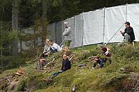 Fans versuchen vor der Absperrung einen Blick auf das Training der Nationalmannschaft zu erhaschen - Seefeld 29.05.2021: Trainingslager der Deutschen Nationalmannschaft zur EM-Vorbereitung