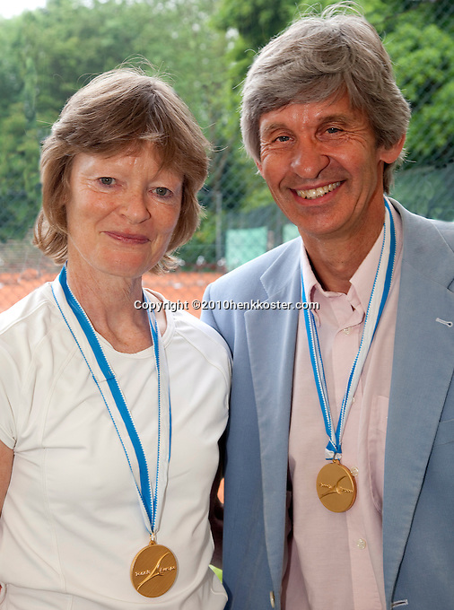 06-06-10, Tennis, Den Haag, Playoffs Eredivisie,  Internationale onderscheiding voor Nora Blom en Hans Adema van Scheltema