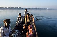 INDIA, Madhya Pradesh, Maheshwar, Narmada river, villagers cross the river to Maheshwar by boat / INDIEN, Narmada Fluss, Menschen setzen mit einem Boot nach Maheshwar über