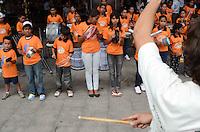 SÃO PAULO, 14 DE DEZEMBRO DE 2011 - MEU GURI SE APRESENTA NA PAULISTA. Crianças do Projeto Social Meu Guri, de Mairiporã, se apresentaram hoje em frente o prédio do Center 3 na Avenida Paulista. A ONG trabalha com menores e famílias carentes da região. (FOTO: ALEXANDRE MOREIRA / NEWS FREE)