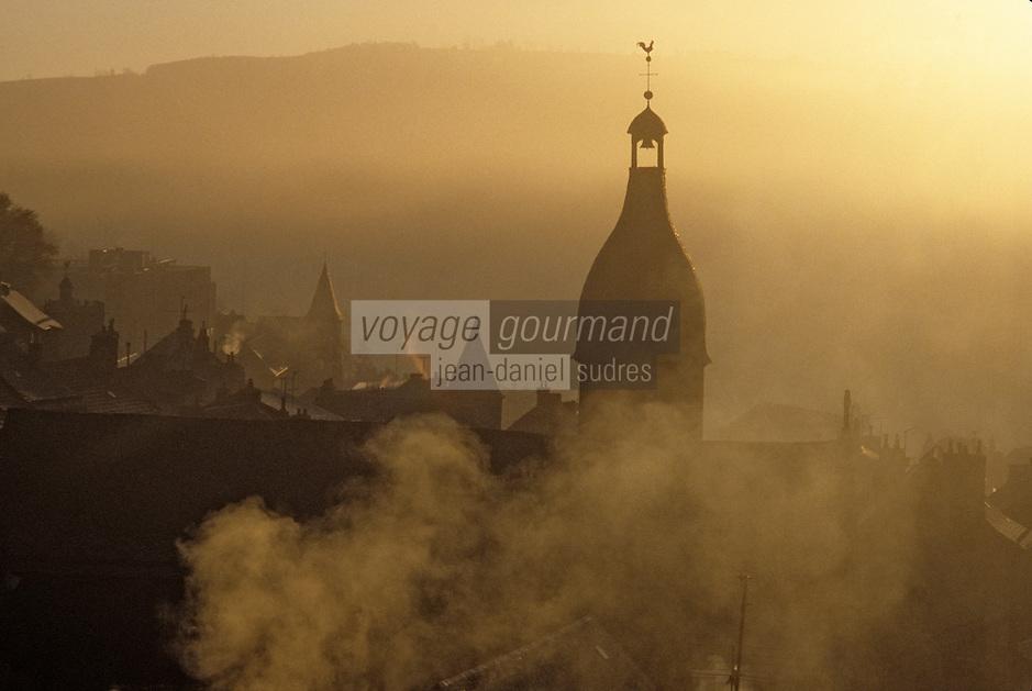 Europe/France/Auvergne/15/Cantal/Murat: Eglise et toits sous la brume à l'aube