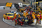 Monster Energy NASCAR Cup Series<br /> TicketGuardian 500<br /> ISM Raceway, Phoenix, AZ USA<br /> Sunday 11 March 2018<br /> Martin Truex Jr., Furniture Row Racing, Toyota Camry 5-hour ENERGY/Bass Pro Shops Joey Logano, Team Penske, Ford Fusion Pennzoil pit stop<br /> World Copyright: Matthew T. Thacker<br /> NKP / LAT Images