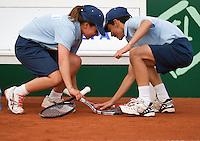 11-07-13, Netherlands, Scheveningen,  Mets, Tennis, Sport1 Open, day four, A ball girl and a ball boy in duel over a broken racket<br /> <br /> <br /> Photo: Henk Koster