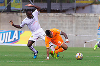 ENVIGADO - COLOMBIA -18 -10-2015: Jose Guerra (Der.) jugador de Envigado FC disputa el balón con Victor Castillo (Izq.) jugador de Alianza Petrolera, durante partido por la fecha 16 entre Envigado FC y Cucuta Deportivo, de la Liga Aguila II-2015, en el estadio Polideportivo Sur de la ciudad de Envigado. / Jose Guerra (R) player of Envigado FC fight for the ball with Victor Castillo (L) player of Alianza Petrolera, during a match of the 16 date between Envigado FC and Alianza Petrolera, for the Liga Aguila II -2015 at the Polideportivo Sur stadium in Envigado city. Photo: VizzorImage. / Leon Monsalve / Str.