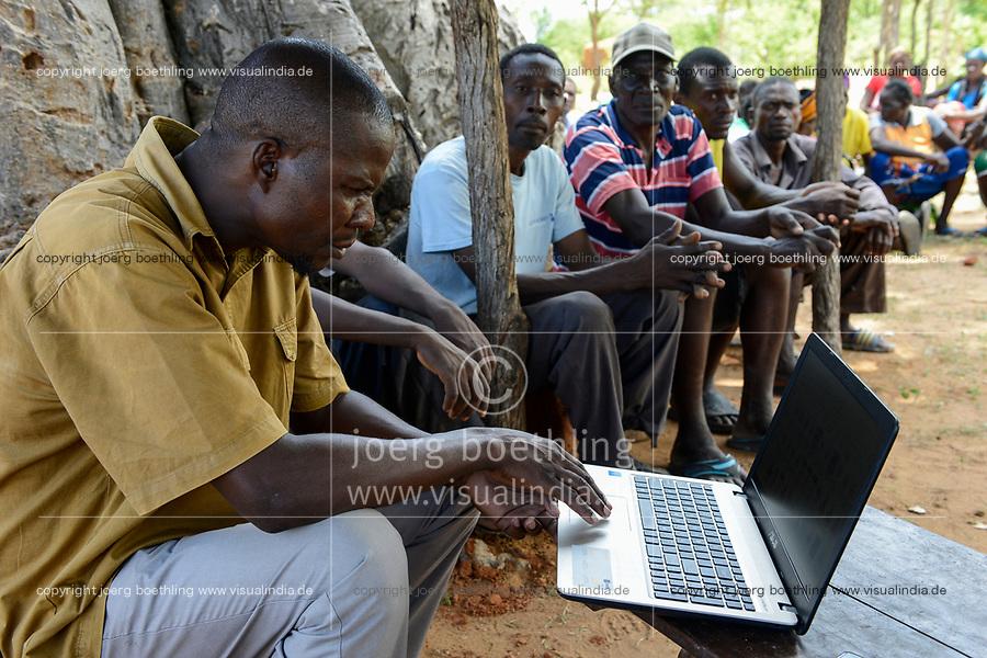 ZAMBIA, Sinazongwe, village Mubbike, government clerk with laptop / Beamter mit Laptop