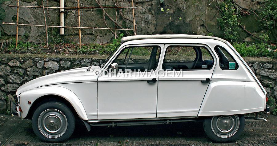 Carro antigo estacionado. Amalfti. Foto de Marcio Nel Cimatti.