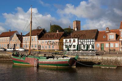 Denmark, Jutland, Ribe: Riverfront houses and tower of Ribe Domkirke | Daenemark, Juetland, Ribe: eine der aeltesten Staedte Daenemarks, hinter Haeuserfront die Tuerme des Doms zu Ribe (Ribe Domkirke)