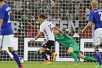 Torwart Lukas Hradecky (Finnland) gegen Mario Götze (Deutschland Germany) - Deutschland vs. Finnland, Borussia Park, Mönchengladbach