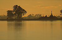 Asie/Birmanie/Myanmar/Haute Birmanie/Mandalay: Navigation sur l'Irrawaddy au soleil couchant