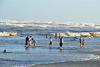 IMBE, RS, 06/02/2021 - RESSACA – LITORAL – Forte ressaca do mar geram ondas altas e o avanço da água na beira da praia, devido à ocorrência de um ciclone extratropical que atinge o oceano, na praia de Imbé, no Litoral Norte gaúcho, neste sábado (6).