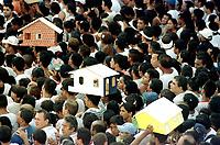 Durante o cortejo do Círio de Nossa Senhora de Nazaré os fiéis levam na cabeça o pagamento de graças alcançadas. A romaria com cerca de 1.500.000 de pessoas é considerada uma das maiores procissões religiosas do planeta.<br />Belém, Pará, Brasil          <br />14/10/2001<br />©Foto: Lilia Tandaya/Interfoto