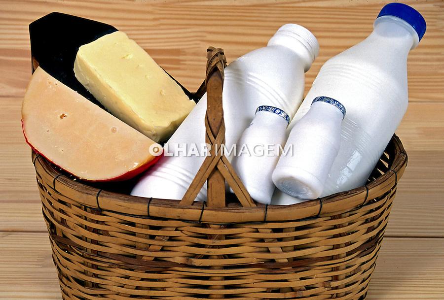 Cesta de queijos e leite. Foto de Thais Falcão.