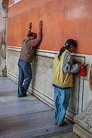 Jaipur, Rajasthan, India.  Worshipers at the Govind Devji Hindu Temple.