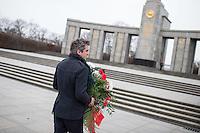 """Angehoerige der russischen Streitkraefte, und Berliner Russen begingen am Montag den 23. Februar 2015 den sog. """"Tag des Befreiers des Vaterlandes"""" (frueher """"Tag des Rotarmisten"""" und """"Tag der sowjetischen Streitkraefte"""") am sowjetischen Ehrenmal in Berlin-Tiergarten. Der Feiertag geht auf den """"Befehl 95"""" des Revolutionsfuehres Lenin zurueck. An der Feierlichkeit nahmen auch Mitglieder der Juedischen Gemeinde zu Berlin sowie Militaers der Bundeswehr, aus Guinea, China, Indien und Grossbritannien teil.<br /> 23.2.2015, Berlin<br /> Copyright: Christian-Ditsch.de<br /> [Inhaltsveraendernde Manipulation des Fotos nur nach ausdruecklicher Genehmigung des Fotografen. Vereinbarungen ueber Abtretung von Persoenlichkeitsrechten/Model Release der abgebildeten Person/Personen liegen nicht vor. NO MODEL RELEASE! Nur fuer Redaktionelle Zwecke. Don't publish without copyright Christian-Ditsch.de, Veroeffentlichung nur mit Fotografennennung, sowie gegen Honorar, MwSt. und Beleg. Konto: I N G - D i B a, IBAN DE58500105175400192269, BIC INGDDEFFXXX, Kontakt: post@christian-ditsch.de<br /> Bei der Bearbeitung der Dateiinformationen darf die Urheberkennzeichnung in den EXIF- und  IPTC-Daten nicht entfernt werden, diese sind in digitalen Medien nach §95c UrhG rechtlich geschuetzt. Der Urhebervermerk wird gemaess §13 UrhG verlangt.]"""