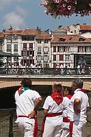 Europe/France/Aquitaine/64/Pyrénées-Atlantiques/Pays-Basque/Bayonne: Bords de Nive lors des Fêtes de Bayonne -