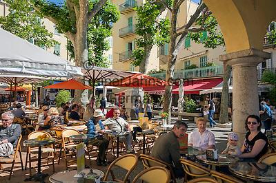 France, Provence-Alpes-Côte d'Azur, Menton: sidewalk cafe at old town | Frankreich, Provence-Alpes-Côte d'Azur, Menton: Strassencafes in der Altstadt