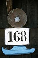 Europe/France/Aquitaine/33/Gironde/Bassin d'Arcachon/Gujan-Mestras: Port Larros (Port Ostréicole) Détail représentation Pinasse sur un Cabanon d'ostréiculteur