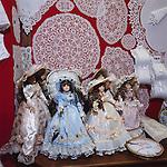 Belgium, West-Flanders, Bruges: Shop display with Lace and dolls | Belgien, Westflandern, Provinzhauptstadt Bruegge: belgische Spitzenborte