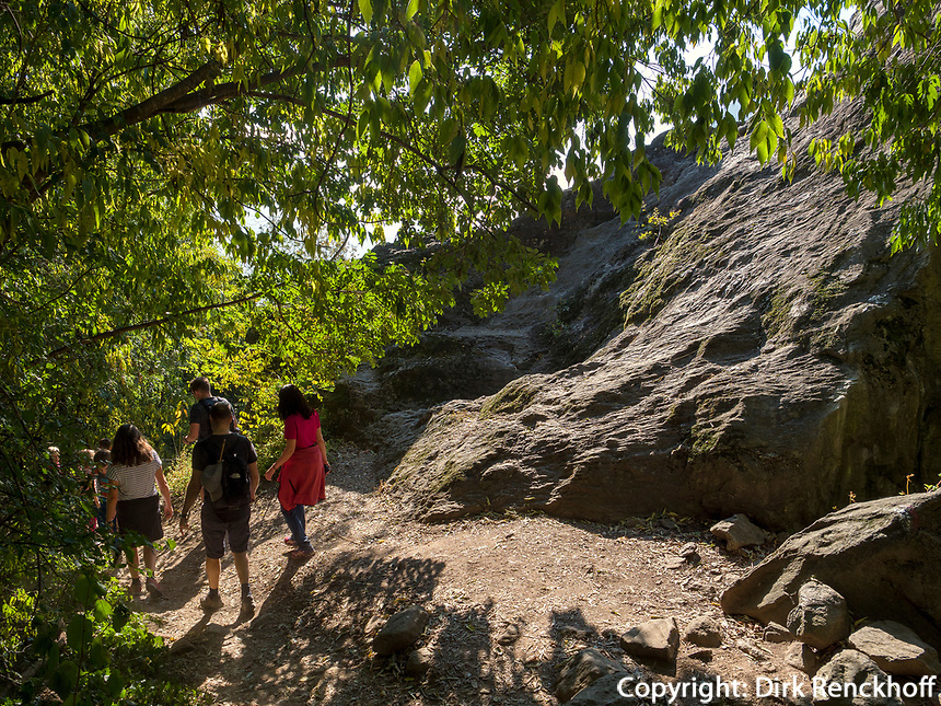 Fels Schlundenstein beim Algunder Waalweg, Algund bei Meran, Region Südtirol-Bozen, Italien, Europa<br /> Schlundenstein rock at hiking trail Algunder Waalweg,  Lagundo village near Merano, Region South Tyrol-Bolzano, Italy, Europe