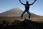 Ile de Fogo. Apres 32 km de route depuis Sao Filipe, on decouvre le volcans de Fogo (2829 m) et les coulees de lave.