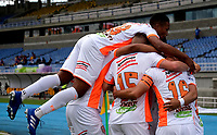 PEREIRA-COLOMBIA, 10–10-2020: Yeison Guzman de Envigado F. C., celebra con sus compañeros de equipo despues de anotar gol de su equipo, durante partido de la fecha 13 entre Deportivo Pereira y Envigado F. C., por la Liga BetPlay DIMAYOR 2020, jugado en el estadio Hernan Ramirez Villegas de la ciudad de Pereira. / Yeison Guzman of Envigado F. C., celebrates with his teammates after scoring goal of his team, during match of 13th date between Deportivo Pereira and Envigado F. C., for the BetPlay DIMAYOR League 2020 played at the Hernan Ramirez Villegas in Pereira city. / Photo: VizzorImage / Juan Jose Horta / Cont.