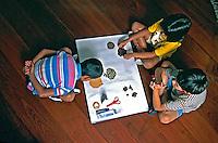 Crianças fazendo trabalho escolar, São Paulo. 2001. Foto de Thais Falcão.