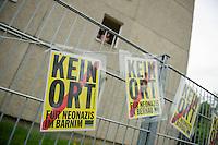 Ca. 20 NPD-Anhaenger marschierten am Samstag den 18. Mai 2013 zum Fluechtlingsheim in Wandlitz. Dort wurden sie von etwa 200 Buergern aus Wandlitz mit Laerm aus Troeten, Livemusik und Kochtoepfen empfangen. Von der NPD-Veranstaltung war ob des Laerms kein Wort zu verstehen und die Neonazis zogen entnervt wieder ab.<br />18.5.2013, Wandlitz<br />Copyright: Christian-Ditsch.de<br />[Inhaltsveraendernde Manipulation des Fotos nur nach ausdruecklicher Genehmigung des Fotografen. Vereinbarungen ueber Abtretung von Persoenlichkeitsrechten/Model Release der abgebildeten Person/Personen liegen nicht vor. NO MODEL RELEASE! Don't publish without copyright Christian-Ditsch.de, Veroeffentlichung nur mit Fotografennennung, sowie gegen Honorar, MwSt. und Beleg. Konto:, I N G - D i B a, IBAN DE58500105175400192269, BIC INGDDEFFXXX, Kontakt: post@christian-ditsch.de<br />Urhebervermerk wird gemaess Paragraph 13 UHG verlangt.]