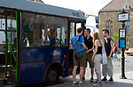 HUN, Ungarn, Budapest, Stadteil Buda, Burgviertel: Busstation am Dreifaltigkeitsplatz, Touristengruppe | HUN, Hungary, Budapest, Castle District: busstop at Trinity Square (Szentháromság ter), group of young tourists
