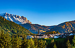 Italien, Suedtirol (Trentino - Alto Adige), St. Martin in Thurn: mit Pfarrkirche St. Martin und Heiligkreuzkofel (italienisch Sasso di Santa Croce) im Hintergrund | Italy, South Tyrol (Trentino - Alto Adige), San Martino in Badia: with parish church St Martin and Heiligkreuzkofel (Italian Sasso di Santa Croce) at background
