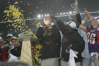 Head Coach Mike Jones (FRankfurt Galaxy) mit dem World Bowl